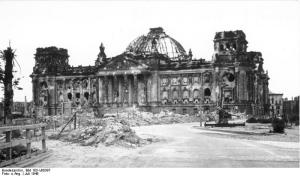 Zentralbild /SNB Berlin, Juli 1946 Blick vom Platz vor dem Brandenburger Tor auf die Ruine des Reichstagsgebäudes. 5050-50