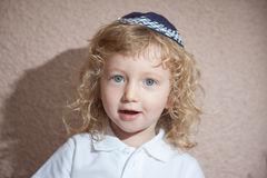 le-petit-garçon-avec-les-boucles-blondes-dans-la-calotte-juive-58167238
